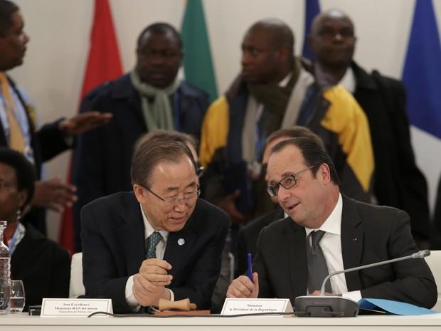 O secretário-geral da ONU, Ban Ki-moon, conversa com o presidente francês, François Hollande, durante evento da COP21 em Paris nesta terça-feira (1º) (Foto: Philippe Wojazer/Reuters)
