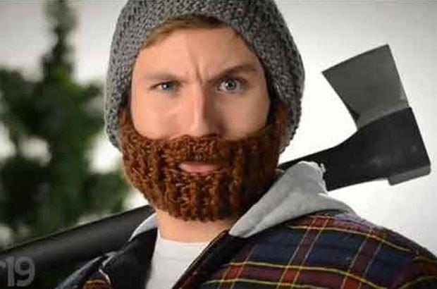 Empresa do Canadá lançou um chapéu que já vem com uma barba de lã acrílica acoplada (Foto: Reprodução/YouTube/Vat19.com)