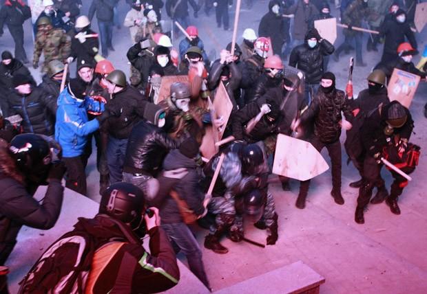 Policiais e manifestante entram em confronto próximo ao Parlamento (Foto: Gleb Garanich/Reuters)