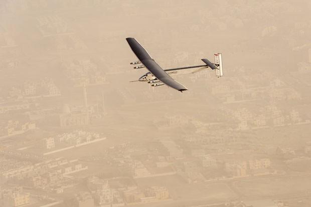 Foto desta segunda-feira (9) mostra a aeronave Solar Impulse 2 decolando do aeroporto Al Bateen, em Abu Dhabi, para a primeira volta ao mundo de um avião totalmente movido a energia solar (Foto: Jean Revillar/Solar Impulse/AP)