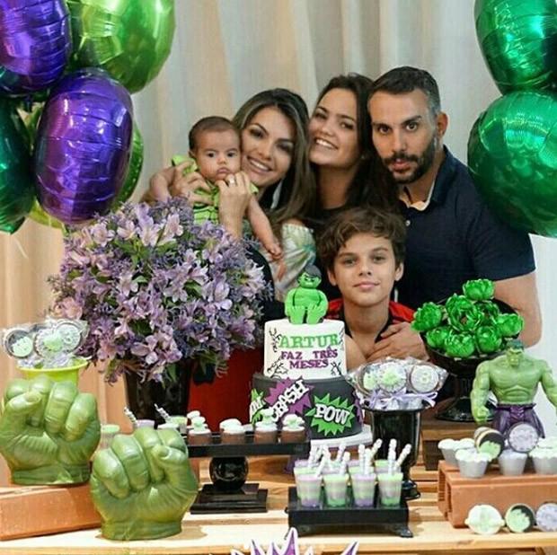 Kelly key celebra 3 meses de Artur com Micro Freitas e os filhos Suzanna e Jaime Vitor (Foto: Reprodução)