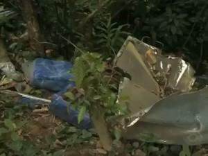 Pedaços de poltornas do ônibus ainda podem ser vistos no local do acidente (Foto: Reprodução RBS TV)