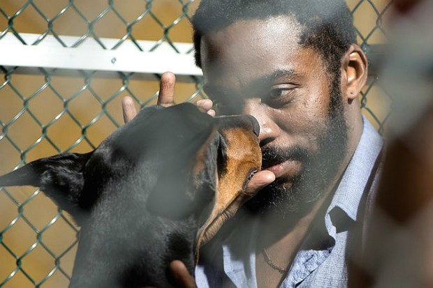 """Lázaro Ramos em cena de """"Mundo Cão"""" (Foto: Divulgação)"""