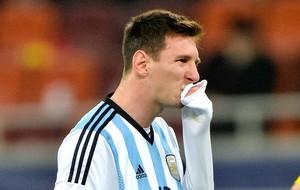 Messi passa mal jogo Argentina (Foto: AP)