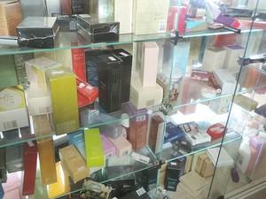 Ladrão levou 8 perfumes revendidos pela vítima; foto registrou momento em que homem pulou o muro e furtou produtos (Foto: Carolina Mescoloti/G1)