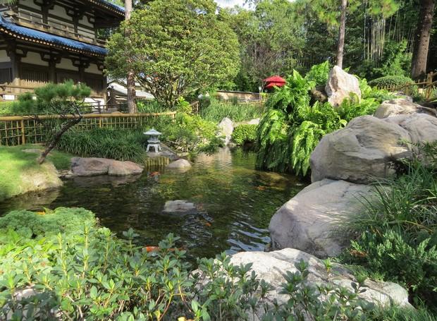 O lago com carpas envolto em vegetação é um dos destaques do pavilhão japonês, também no Epcot (Foto: Stéphanie Durante)