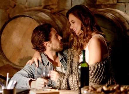 Felipe pensa em Lívia, mas é surpreendido por Melissa de camisola