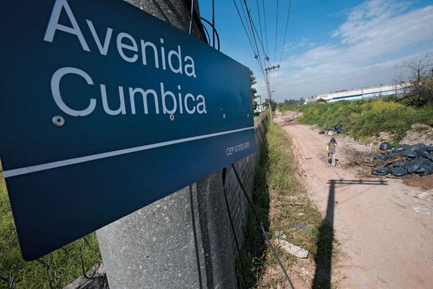 ABANDONO Trecho da rua de terra  na periferia de Guarulhos onde a Delta deveria ter construído uma avenida. Apesar de receber R$ 1,3 milhão, a empreiteira  nada fez  (Foto: Rogério Cassimiro/ÉPOCA)