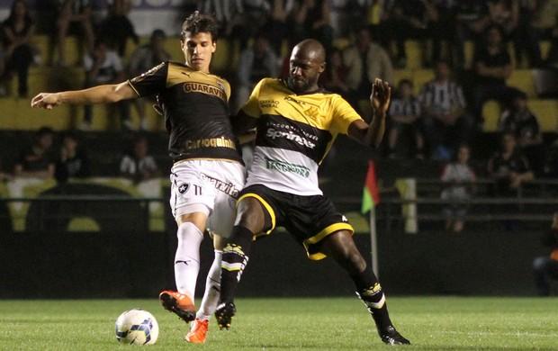 Zeballos do Botafogo RJ e Rodrigo Souza do Criciúma (Foto: Fernando Ribeiro / Ag. Estado)