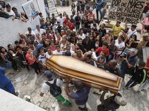 O corpo de Eduardo Felipe Santos Victor, de 17 anos, é enterrado em Botafogo, Zona Sul do Rio de Janeiro. Moradores do Morro da Providência, na Zona Portuária da cidade, flagraram policiais militares alterando a cena do crime em um beco da comunidade (Foto:  Severino Silva/Agência O Dia/Estadão Conteúdo)