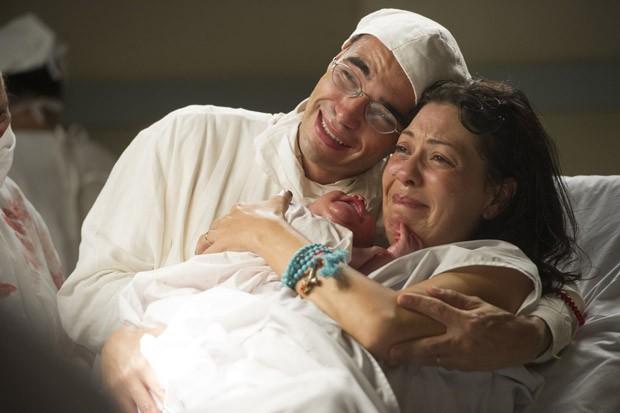 Bebê marca o amor de Matilde e Sonan em Joia Rara (Foto: Cynthia Salles/TV Globo)