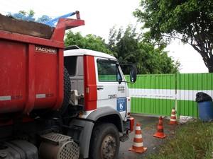 Caminhão foi parado na portaria do aterro (Foto: Osvaldo Birke/PMI)