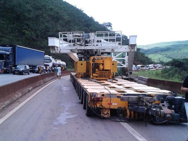 Carreta com problemas mecânicos fecha a Fernão Dias (Foto: Polícia Rodoviária Federal / Divulgação)