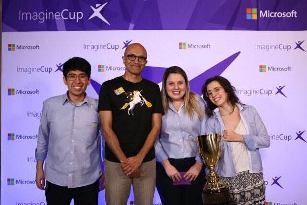 Estudantes Daniel Tsuha, Bianca Letti (no centro) e Juliana Pirani, integrantes do time brasileiro vencedor da Copa do Mundo da Computação, ao lado do presidente-executivo da Microsoft, Satya Nadella. (Foto: Divulgação/Microsoft)