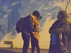 Marcelo Adnet é flagrado trocando carinhos com mulher no Rio