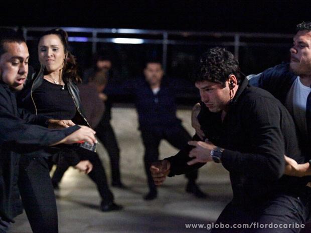 Tenentes entram em ação (Foto: Flor do Caribe / TV Globo)
