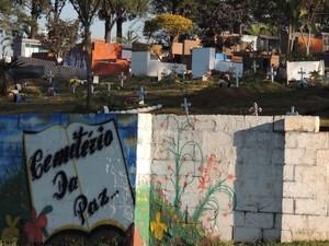 Lei prevê que cães sejam enterrados junto com donos em cemitério de Poá. (Foto: Pedro Carlos Leite/G1)