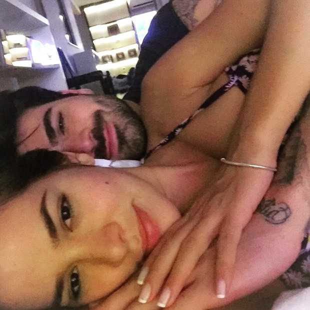 Ex-BBBs Adriana e Rodrigão posam agarradinhos (Foto: Instagram/ Reprodução)