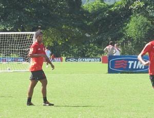 Depois de chegar atrasado, Ronaldinho treina no ninho do urubu (Foto: Janir Junior / globoesporte.com)