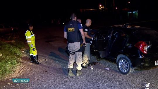 Dois homens são baleados dentro de carro em Esmeraldas; um morreu