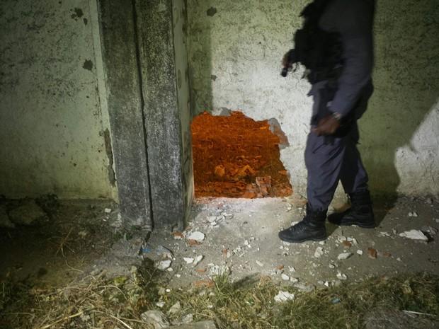 Explosão na muralha da Barreto Campelo deixou buraco de aproximadamente 70 cm (Foto: Divulgação/Polícia Militar)