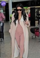 Look do dia: grávida, Kim Kardashian usa macacão justinho