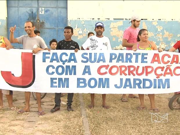 Moradores de Bom Jardim (MA) protestam contra corrupção (Foto: Reprodução / TV Mirante)