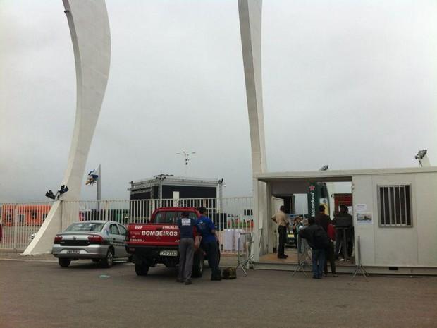 Corpo de Bombeirops faz vistoria na tarde desta quarta na Cidade do Rock (Foto: Letícia Mendes/G1)