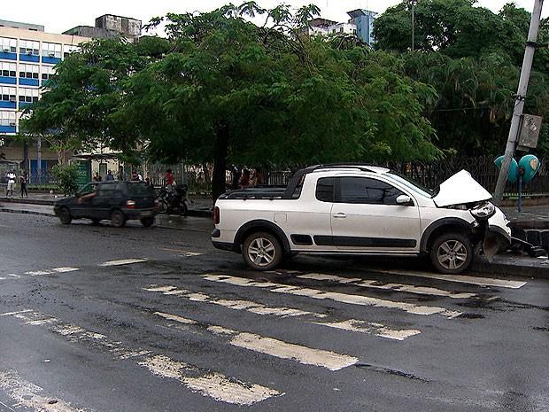 Segundo testemunhas, o acidente ocorreu pouco depois das 5h. O veículo foi deixado no local e não há informações sobre as circunstâncias da batida.mações  (Foto: Imagem/ TV Bahia)
