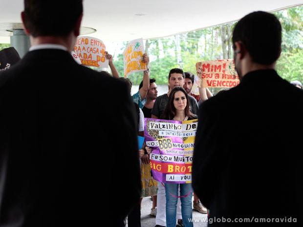 Valdirene fica decepcionada na porta do Projac (Foto: Pedro Curi/ TV Globo)