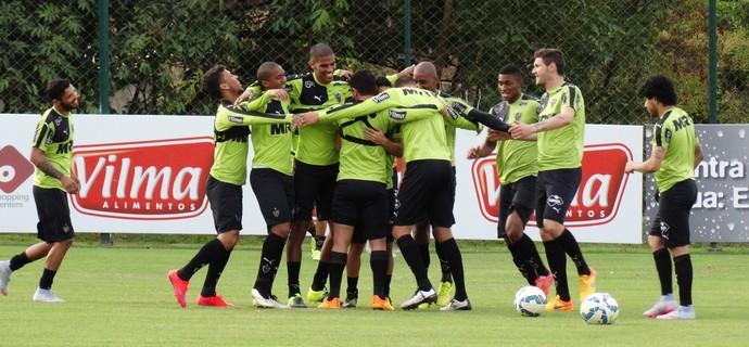 Guilherme, meia do Atlético-MG, é abraçado pelos companheiros (Foto: Fernando Martins Y Miguel)