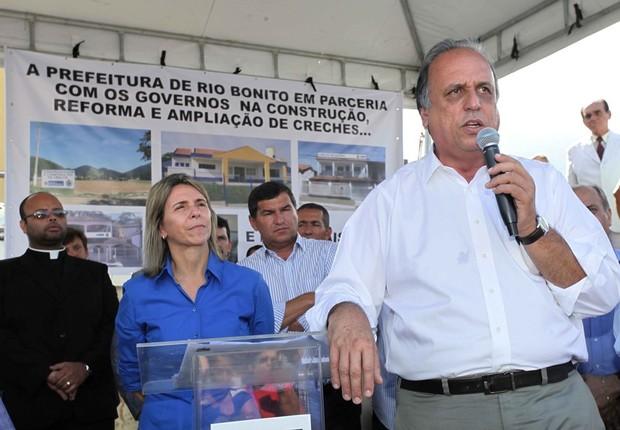 O governador do Rio Luiz Fernando Pezão e Solange Almeida durante inauguração de obras de pavimentação em Rio Bonito  (Foto: Clarice Castro/Divulgação/Governo do Estado do RJ)