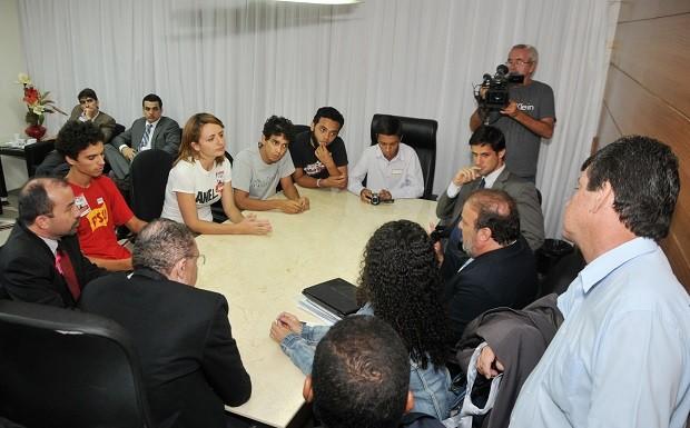 Vereadores de Natal se reuniram com representantes de manifestantes que ocuparam a Câmara de Natal (Foto: Elpídio Júnior)