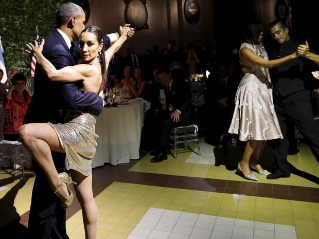 Barack Obama e Michelle Obama dançam tango com bailarinos durante jantar de Estado com Macri em Buenos Aires (Foto: REUTERS/Carlos Barria )