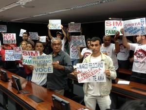 Manifestantes favoráveis a Marco Feliciano prestam apoio ao deputado no plenário da comissão (Foto: Fabiano Costa/G1)