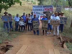 Moradores pedem que a prefeitura faça reparos na ponte, em Inhumas (Foto: Reprodução/TV Anhanguera)