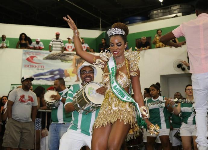 Ivi Pizzott mostra que tem samba no pé (Foto: Carol Caminha / TV Globo)