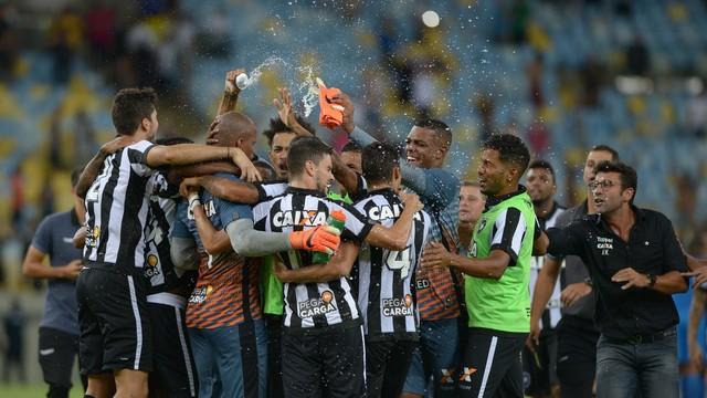 Resultado de imagem para festa em preto e branco na decisão do carioca 2018