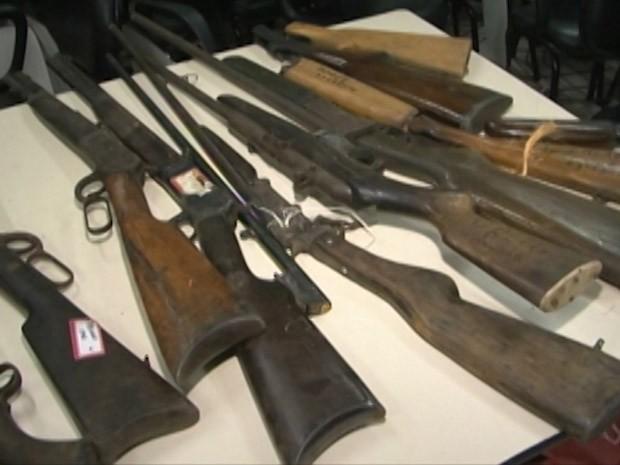 Polícia apreende 145 armas de uso exclusivo das Forças Armadas (Foto: Reprodução / TV Bahia)