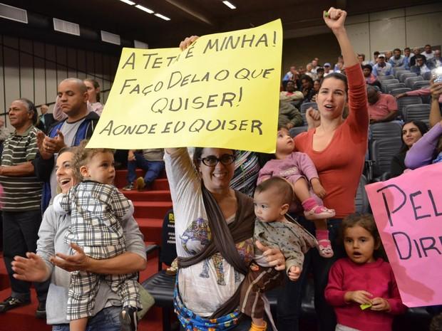 Mães protestaram durante sessão na Câmara de Ribeirão Preto (Foto: Amanda Pioli/G1)