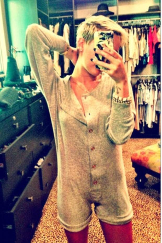 Miley Cyrus exibe macacão (Foto: Twitter / Reprodução)