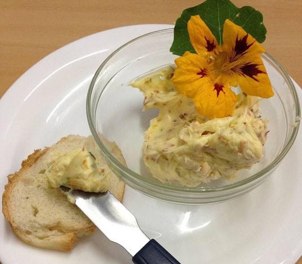 Manteiga aromatizada com capuchinha (Foto: Sabor de Fazenda)