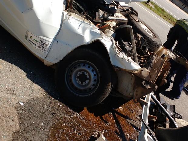 Veículo ficou destruído após bater em automóvel (Foto: Arquivo pessoal/ Robson Nathan de Paula Souza)