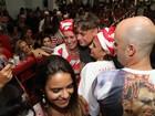 Fábio Assunção é assediado em ensaio de escola de samba no Rio