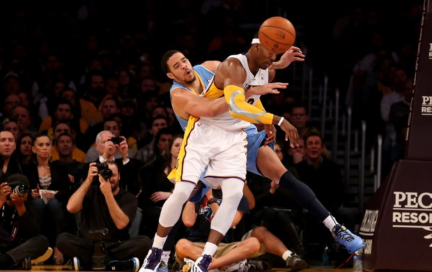 Dwight Howard, dos Lakers, disputa bola com JaVale McGee, dos Nuggets  (Foto: Getty Images)