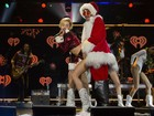 Miley Cyrus incorpora Mamãe Noel  sexy e provoca 'Papai Noel' no palco