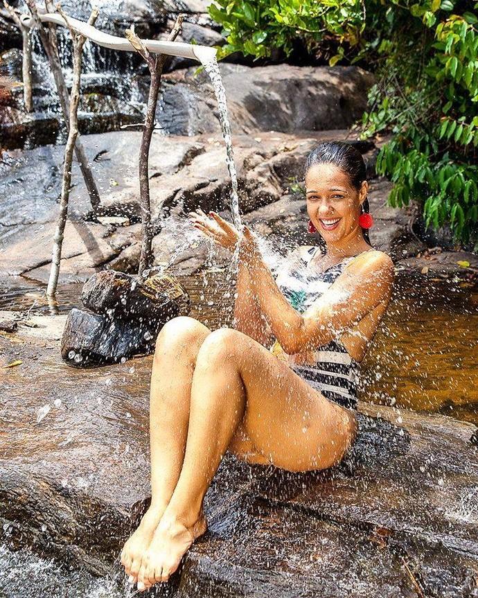 Renatinha aproveita o passeio e toma banho na bica (Foto: Divulgação/Ivan Simas)