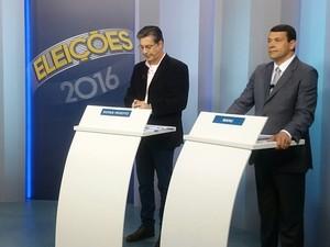 Candidatos Guiga Peixoto e Manu Coelho no debate (Foto: Alexandre Peres/ TV TEM)