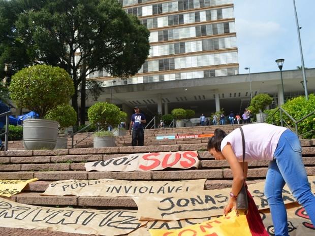 Faixas foram colocadas em frente à Prefeitura, após aprovação de lei da terceirização (Foto: Fernando Pacífico / G1)