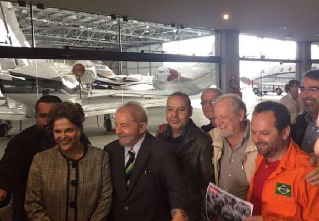 Ex-presidente Dilma encontra-se com Lula no aeroporto de Curitiba no dia do depoimento dele a Moro (Foto: Reprodução Twitter CUT Brasil /@CUT_Brasil )